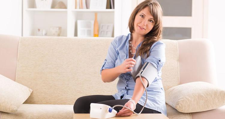 normale bloeddruk in stand houden door regelmatig te meten met Omron bloeddrukmeter